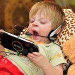 Электронные гаджеты мешают детям спать