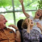 Счастливые люди делают счастливыми окружающих